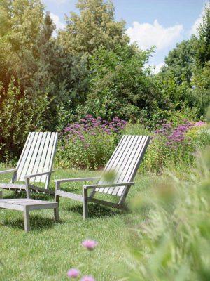 Bader Hotel Garten mit Liegen zum Entspannen