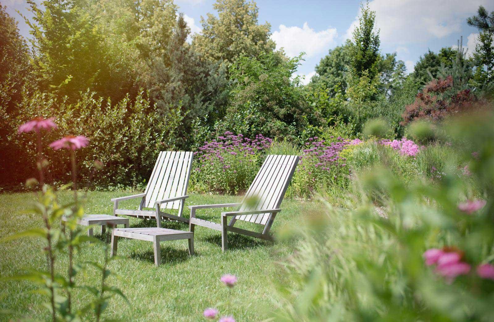 Bader Garten mit Liegen zum Entspannen