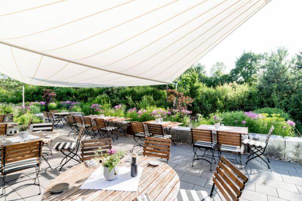 Terrasse des Bader Hotel mit Sonnensegel