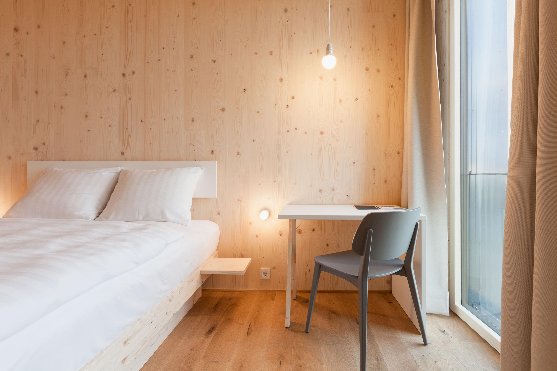 Zimmer in Fichtenholz mit Kingsize Bett